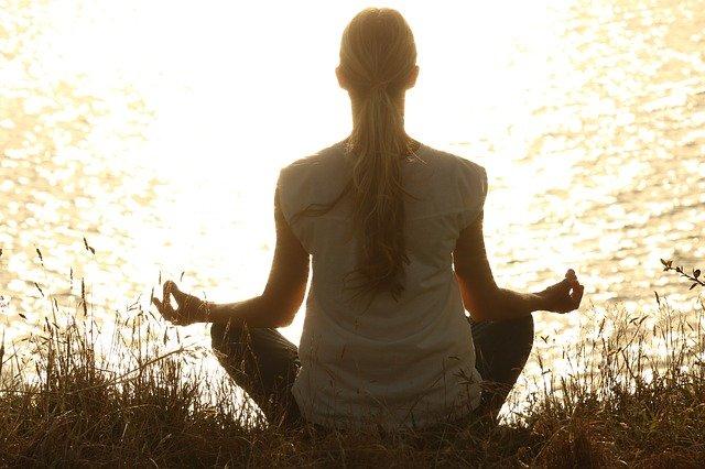 心を穏やかに静かに姿勢を正しく座る 瞑想